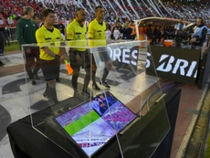 Luis Oliveto cargó contra el VAR. AFP
