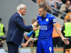 Claudio Ranieri talking to Jamie Vardy. AFP