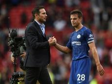Azpilicueta ve el momento de tomar impulso ganando al Liverpool. AFP