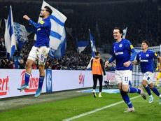 Todibo se queda con las ganas y el Schalke 04, con el triunfo. AFP