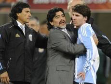 Maradona arropa a Messi. AFP