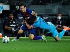 La única forma de parar a Messi: un placaje de Bustinza. AFP