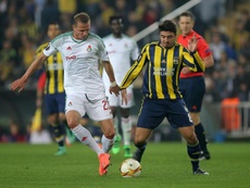 Ozan Tufan podría aterrizar en la Premier League. AFP