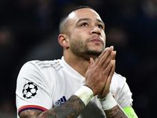 Depay tuvo que marcharse lesionado en la derrota ante el Rennes. AFP