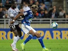 Mohamed Simakan (d) está despuntando esta temporada. AFP/Archivo