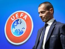 La UEFA quiere acabar el curso en agosto. AFP