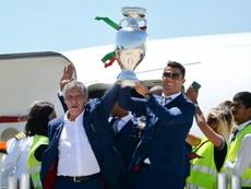 Le sélectionneur du Portugal Fernando Santos accompagné Cristiano. AFP
