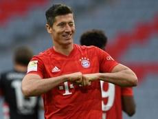 Lewandowski brilha contra a vítima que faltava e vê Chuteira de Ouro mais próxima. AFP