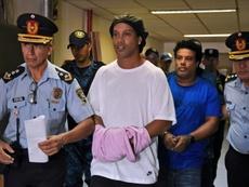 Ronaldinho conta como está vivendo sua prisão domiciliar. AFP