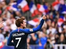 El ejemplar gesto de Griezmann con el capitán de Andorra. AFP