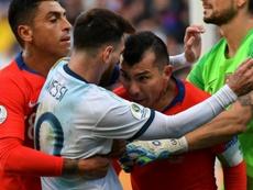 Medel recebeu o mesmo castigo de Leo Messi. AFP