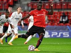 Guirassy adelantó al Rennes desde los once metros. AFP