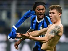 Le milieu de l'Inter Nicolo Barella (d) félicité par son coéquipier Valentino Lazaro après son but contre Hellas Vérone le 9 novembre 2019 au stade San Siro à Milan