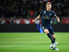 Toni Kroos defende Gareth Bale. AFP