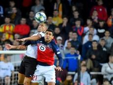 El central valencianista sueña con jugar en 'la Roja'. AFP