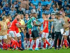 Quatro jogadores do Grêmio e quatro do Inter receberam multas e suspensões. AFP