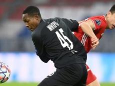 Flick arropó a Marc Roca tras fallar el penalti decisivo con una lección de clase. AFP
