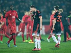 Los futbolistas del United, abatidos tras la derrota ante los sonrientes del Midtjylland. AFP