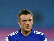 Vardy da el pase al Leicester en el añadido. AFP/Archivo