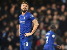 Leicester et Chelsea se serrent la main pour le dernier match. AFP