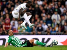 El Valencia todavía piensa en el fichaje de Feddal. AFP