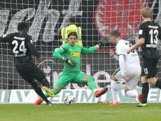 Juega en la Bundesliga... ¡y es alérgico al césped!. AFP