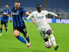 El Inter tasa a Skriniar (i) en 50 millones de euros. AFP