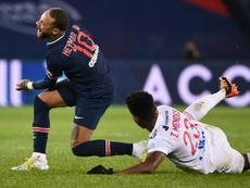 Thiago Mendes prend 3 matchs après sa faute sur Neymar. AFP