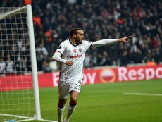 El turco rechaza la oferta del club inglés y se queda en el Besiktas. AFP