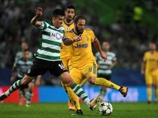 Rodrigo Battaglia (i) ha negado estar negociando su desvinculación del Sporting. AFP/Archivo