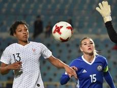 L'attaquante des Bleues Valérie Gauvin (g) lors de la victoire 3-0 surle Kazakhstan à Chymkent le 8 octobre 2019