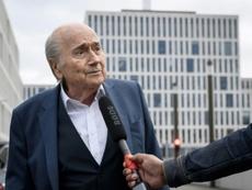 Blatter salió del coma inducido, pero sigue en la UCI. AFP