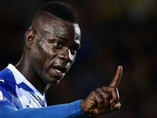 Balotelli recebe suspensão e multa por reclamação. AFP