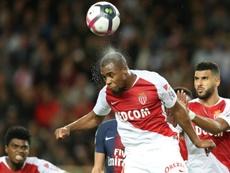 Djibril Sidibé apunta al Everton. AFP