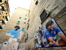 Nápoles abraza a Messi. AFP