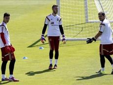 Los porteros, Sergio Rico (i), David de Gea (c) e Iker Casillas (d), durante el entrenamiento que la selección española realizó en la Ciudad del Fútbol de Las Rozas, para preparar el amistoso contra Costa Rica. EFE/Archivo
