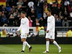 El delantero portugués del Real Madrid Cristiano Ronaldo (i) y el francés Raphael Varane. EFE/Archivo