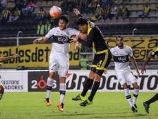 El jugador del Deportivo Táchira Wilker Angel (d) disputa el balón ante Luis Caballero (i) del Olimpia este 16 de febrero de 2016, durante un partido de la Copa Libertadores en el estadio Pueblo Nuevo en San Cristobal (Venezuela). EFE