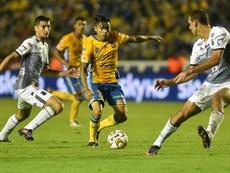 El central de León (d) sufrió una lesión en el último encuentro ante Lobos. EFE/Archivo