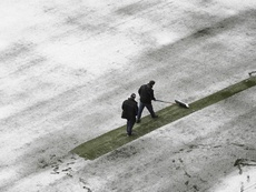 La copiosa nevada caída sobre el tercio norte peninsular afectó a la jornada futbolística. EFE