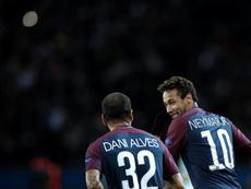 Alves se juega la Torre Eiffel a que Neymar seguirá en París. EFE