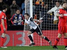 Santi Mina ajudou o Valencia a bater a Real Sociedad. EFE
