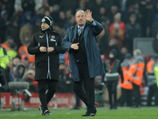 Rafa Benitez waves to the fans during Newcastle's victory in Lancashire. EFE