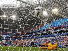 Aficionados daneses lanzaron objetos durante el choque ante Australia.