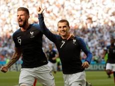 Antoine Griezmann celebra com o atacante francés Olivier Giroud. EFE