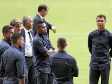 Un grupo de encapuchados interrumpió el sueño de los jugadores de la Juve. EFE