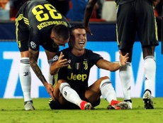 El delantero portugués de la Juventus, Cristiano Ronaldo (c), reacciona tras ser expulsado del primer partido de la fase previa de la Liga de Campeones, disputado frente al Valencia en el Estadio de Mestalla, Valencia. EFE