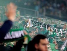 Otro ejemplo más de que el fútbol une a personas. EFE/Archivo