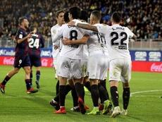 El Valencia olvida la Champions y espera rival en la Europa League. EFE