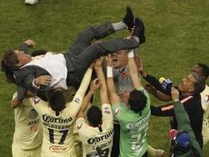 Herrera calentó el Pumas-América. EFE